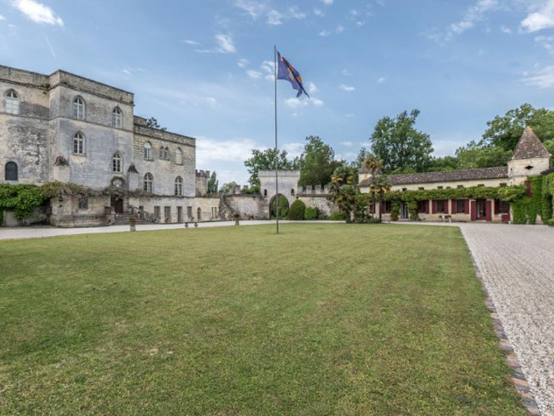 Cour du Château de Lamarque